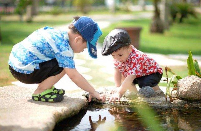 男の子水で遊ぶ