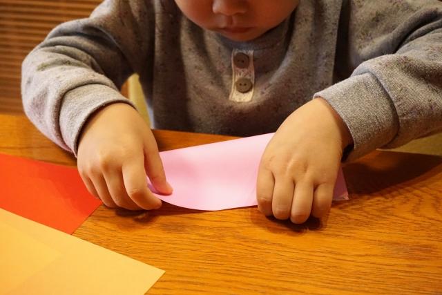 折り紙を折るの画像
